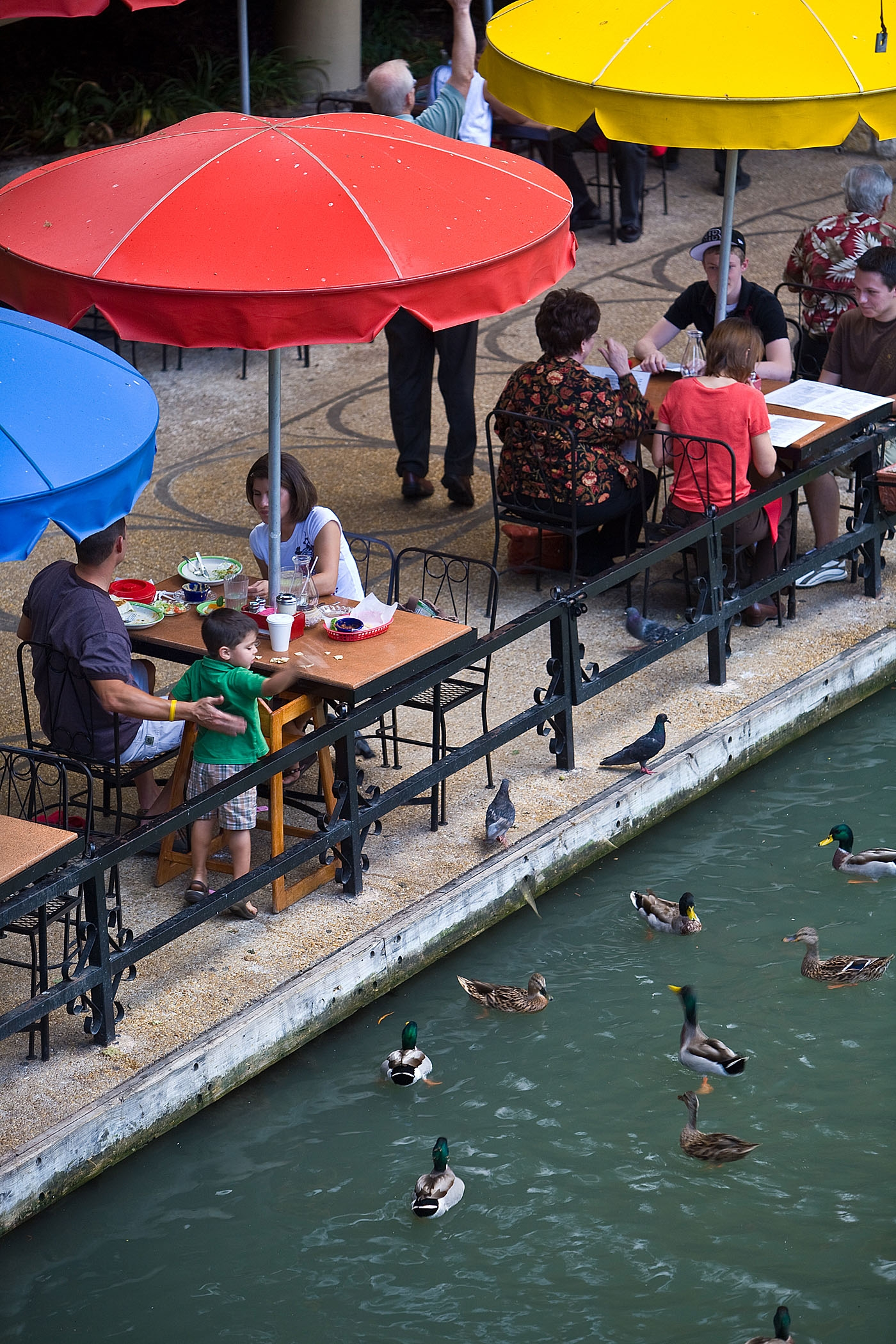 dining-at-the-river-walk